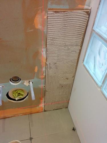 Salle de bain du premier carrelage et fa ence brico for Joint carrelage salle de bain etanche